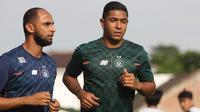 Pemain Persik Kediri, Dionatan Machado (kanan), didampingi fisioterapis Wildan Yahya, saat jogging untuk pemulihan cedera hamstring. (Bola.com/Gatot Susetyo)