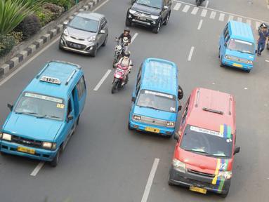 Sejumlah angkutan kota (angkot) melintasi jalan di kawasan Kota Depok, Jawa Barat, Senin (2/12/2019). Wali Kota Depok menyampaikan pada 2020, retribusi izin trayek angkot akan digratiskan sebagai upaya pemberdayaan dan kemudahan bagi angkot. (Liputan6.com/Immanuel Antonius)