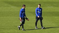 Kiper FC Schalke 04, Alexander Nueberl dan Markus Schubert, saat sesi latihan di Gelsenkirchen, Jerman, Rabu (23/4/2020). FC Schalke 04 menggelar sesi latihan setelah Bundesliga direncanakan akan kembali bergulir pada pada 9 Mei mendatang. (AP/Martin Meissner)