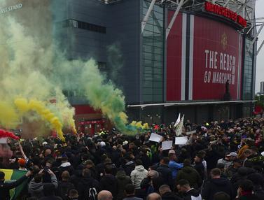 FOTO: Aksi Protes Fans Sebelum Manchester United Keok Dilumat Liverpool