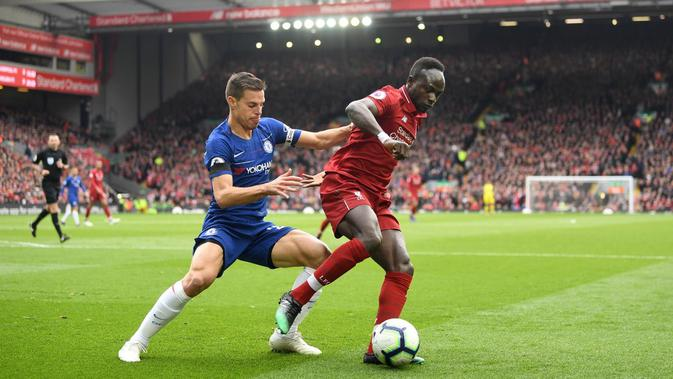 Winger Liverpool, Sadio Mane (kanan), mendapat kawalan ketat dari bek Chelsea, Cesar Azpilicueta dalam pertandingan Liga Inggris di Anfield, Minggu (14/4/2019) (Foto: Liverpool FC)#source%3Dgooglier%2Ecom#https%3A%2F%2Fgooglier%2Ecom%2Fpage%2F2019_04_14%2F703858