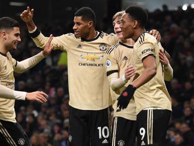 Pemain Manchester United, Anthony Martial (kanan) merayakan golnya ke gawang Burnley bersama rekan-rekannya pada pertandingan Liga Inggris di Turf Moor, Burnley, Inggris, Sabtu (28/12/2019). MU menang 2-0 dan melonjak ke posisi lima klasemen. (Oli SCARFF/AFP)