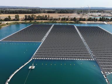 Panel surya fotovoltaik mengapung di kompleks pembangkit listrik O'Mega1 di Piolenc, Prancis selatan (30/7/2019). Pembangkit listrik tenaga surya (PLTS) mengapung pertama di Eropa ini akan beroperasi pada September 2019. (AFP Photo/Gerard Julien)