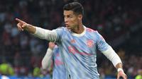 Cristiano Ronaldo. Striker Timnas Portugal yang kini berseragam Manchester United ini kini berusia 36 tahun dan 8 bulan. Namanya kembali masuk nominasi Ballon d'Or 2021 antara lain karena konsistensi permainan di klub dan rentetan rekor pribadi bersama Timnas Portugal. (AFP/Sebastien Bozon)