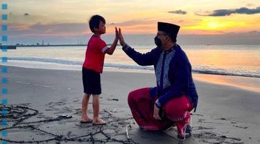 Gubernur DKI Jakarta Anies Baswedan Bercengkerama bersama satu keluarga  saat berkunjung ke Teluk Penyu di Kabupaten Cilacap, Jawa Tengah.