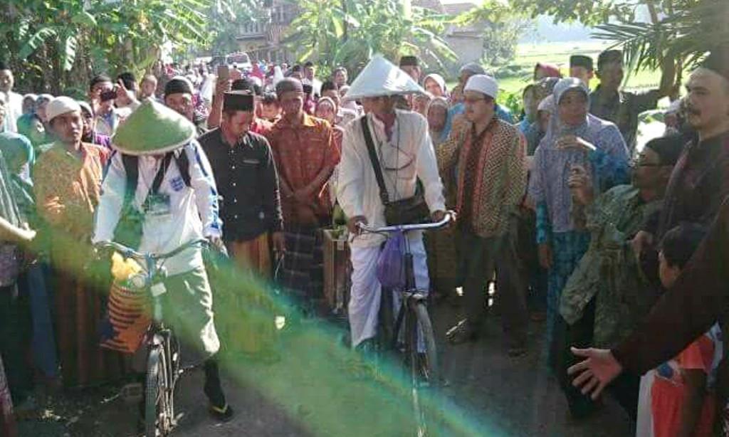 Keberangkatan dua pria Kebumen berangkat haji bersepeda onthel dilepas oleh tetangga sekampung. (Foto: Liputan6.com/Andre Nauval/Muhamad Ridlo)