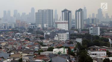 Kondisi langit kota Jakarta dilihat dari lantai 15 Graha BNPB sekitar pukul 13.00 WIB, Kamis (4/7/2019). Pada Kamis (4/7) sekitar pukul 07.00 WIB, kualitas udara Jakarta terpantau di angka 186 AQI, dengan angka itu, kualitas udara mencapai status tidak sehat. (Liputan6.com/Helmi Fithriansyah)