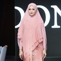 Donita di acara Si.Se.Sa fashion show The Great Escape pada Selasa (3/12/2019) di Grand Ballroom, Intercontinental Hotel, Jakarta. (Bambang E Ros/Fimela.com)