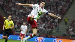 Penyerang Polandia, Robert Lewandowski mengontrol bola saat bertanding melawan Inggris pada pertandingan kualifikasi grup I Piala Dunia 2022 di stadion Narodowy di Warsawa, Kamis (9/9/2021).  Polandia berada di peringkat kedua dengan 11 poin dari enam kali pertandingan. (AP Photo/Czarek Sokolowski)