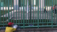 Pedagang asongan di Stadion Patriot, Bekasi, mengais rezeki dalam laga Timnas Indonesia U-23 Vs Palestina di penyisihan Grup A Asian Games 2018, Rabu (15/8/2018). (Bola.com/Ario Yosia)