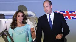 Pangeran William dan Kate Middleton tiba di Pangkalan Udara Nur Khan, Islamabad, Senin (14/10/2019). Untuk aksesori, Kate memilih anting yang diproduksi di Pakistan yaitu Zeen Beaded Chandelier earing seharga $10 atau sekitar Rp141 ribuan. (AP Photo/B.K. Bangash)