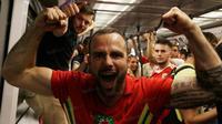 Namun sayang langkah Wales terhenti di semifinal sehingga kemeriahan yang kerap mereka lakukan harus berakhir. (Bola.com/Vitalis Yogi Trisna)