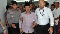 Mantan Bupati Bangkalan Fuad Amin dikawal petugas usai sidang pembacaan vonis di Pengadilan Tipikor, Jakarta, Senin (19/10). Terdakwa penerima suap kasus jual beli gas alam Bangkalan itu divonis delapan tahun penjara. (Liputan6.com/Helmi Afandi)