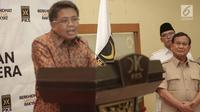 Ketum Partai Gerindra, Prabowo Subianto saat mendengarkan Presiden PKS, Sohibul Iman memberikan keterangan pers di Kantor PKS, Jakarta, Minggu (24/12). Gerindra, PAN, dan PKS, sepakat untuk berkoalisi di Pilkada Serentak. (Liputan6.com/Faizal Fanani)