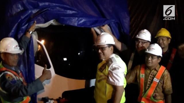 Ditjen Perkeretaapian tinjau rangkaian kereta Light Rail Transit (lrt), yang tiba di pelabuhan Boom Baru Palembang Sumatera Selatan Rabu malam.