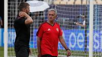 Manajer Manchester United Jose Mourinho berbincang dengan Michael Carrick saat sesi latihan di Philip II Arena di Skopje, Macedonia, (7 /8). MU akan bertanding melawan Real Madrid pada final Piala UEFA Super Cup 2017. (AP Photo / Boris Grdanoski)