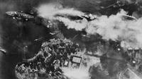 Pesawat tempur Jepang saat menyerang kapal USS Arizona di Battleship Row dalam serangan di Pearl Harbor, Hawaii, AS 7 Desember 1941. Serangan tersebut merupakan peristiwa pengeboman dadakan oleh AL Jepang terhadap armada Pasifik AS. (Reuters/U.S Navy)