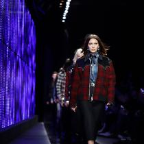 Model Bella Hadid berjalan di atas catwalk membawakan koleksi busana Fall-Winter 2018-19 milik Dsquared2 selama acara Milan Fashion Week, Italia, (14/1). (AP Photo / Luca Bruno)