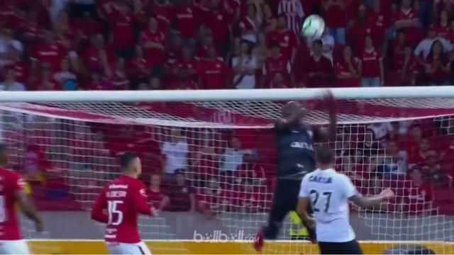 Kiper Vitoria, Caique Santos melakukan tinju yang tidak sempurna menyebabkan bola tersebut masuk ke gawangnya sendiri. This video is presented by Ballball.