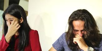 Pemeran sinetron Anak Langit, Dylan Carr dan Hana Saraswati tak kuasa menahan air matanya saat mendengar Kristanti, Ketua Panti Sosial tersebut menjelaskan kondisi anak-anak yang diasuh. (Bambang E Ros/Bintang.com)
