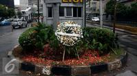 Karangan buga di Pos Polisi di MH Thamrin, Sarinah, Jakarta, Sabtu (14/1). Aksi Damai yang diinisiasi oleh Aliansi Indonesia Damai (AIDA) dan Yayasan Penyitas Indonesia (YPI) ini sebagai bentuk dukungan kepada Kepolisian. (Liputan6.com/JohanTallo)