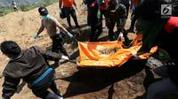 Petugas gabungan membawa kantong jenazah saat pemakaman massal di TPU Peboya Indah, Palu, Sulawesi Tengah, Rabu (3/10). Pemakaman massal tersebut memasuki hari ketiga setelah sebelumnya dilakukan di hari Senin. (Liputan6.com/Fery Pradolo)