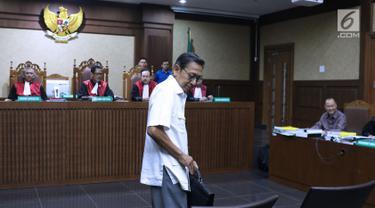 Mantan Wapres, Boediono bersiap memberi kesaksian pada sidang lanjutan dugaan korupsi penerbitan SKL BLBI dengan terdakwa mantan kepala BPPN, Syafruddin Arsyad Temenggung di Pengadilan Tipikor, Jakarta, Kamis (19/7). (Liputan6.com/Helmi Fithriansyah)
