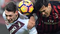 Bek AC Milan, Gustavo Gomez (kanan) pada laga kontra Torino, di ajang Babak 16 Besar Coppa Italia 2016-2017, di Stadion San Siro, Jumat (13/1/2017) dini hari WIB. AC Milan unggul 2-1 atas Torino.  (EPA/Daniel Dal Zennaro)