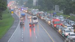 Kemacetan terjadi dari arah Jakarta menuju puncak yang dipadati kendaraan roda empat dan bus pariwisata, Jawa Barat, Kamis (25/12/14).  (Liputan6.com/Herman Zakharia)