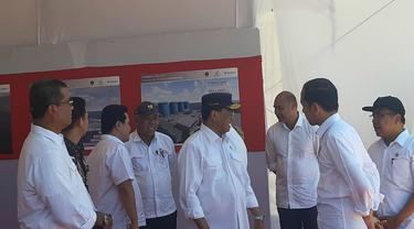 Menhub Budi Karya Sumadi menemani Presiden Jokowi menyambangi Pelabuhan Multifungsi di Labuan Bajo