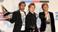 Christopher Wolstenholme, Matthew Bellamy, dan Dominic Howard yang tergabung dalam grup band Muse menambahkan daftar konser mereka di Britania Raya. (Bintang/EPA)