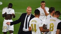 Pelatih Real Madrid, Zinedine Zidane, memberikan arahan kepada pemainnya saat melawan Getafe pada laga lanjutan La Liga pekan ke-33 di Stadion Alfredo Di Stefano, Jumat (3/7/2020) dini hari WIB. Real Madrid menang 1-0 atas Getafe. (AFP/Gabriel Bouys)