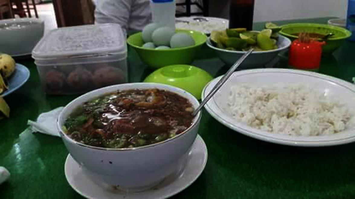 Sup lidah merupakan salah satu kuliner khas Kota Makassar, Sulsel, selain coto dan pallubasa, yang dapat menjadi makanan berbuka puasa saat bulan Ramadan. (Liputan6.com/Eka Hakim)