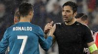 Striker Real Madrid, Cristiano Ronaldo, bersalaman dengan kiper Juventus, Gianluigi Buffon, pada laga Liga Champions di Stadion Allianz, Selasa (3/4/2018). Juventus takluk 0-3 dari Real Madrid. (AP/Luca Bruno)