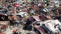 Pandangan udara Perumnas Balaroa yang rusak dan ambles akibat gempa bumi Palu, Sulawesi Tengah, Jumat (5/10). Meski tidak terdampak tsunami, Perumnas Balaroa terkubur tanah yang mengalami likuifaksi atau ambles. (Liputan6.com/Fery Pradolo)