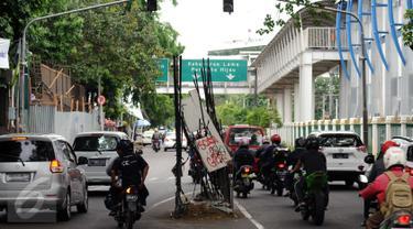 20151215-Besi Tiang Monorel Bahayakan Pengguna Jalan-Jakarata- Helmi Fithriansyah