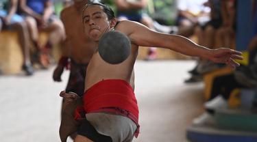 Seorang pria pribumi bermain selama final turnamen bola Maya di San Juan La Laguna, Solola, Guatemala, pada 18 September 2021. Sebanyak 12 tim, termasuk satu perempuan, berpartisipasi untuk mengklasifikasikan turnamen Mesoamerika yang akan diadakan di Meksiko pada Desember 2021. (Johan ORDONEZ/AFP)