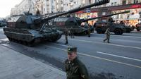Sejumlah tentara Rusia berada di dekat tank saat melakukan latihan untuk parade militer Hari Kemenangan di Moskow, Rusia (3/5). Pawai akan berlangsung pada 9 Mei di Lapangan Merah Moskow. (AP Photo / Pavel Golovkin)