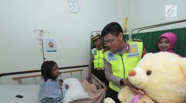 Kepala Korps Polisi Lalu Lintas (Kakorlantas) Polri Irjen Royke Lumowa menjenguk Sukiarti, perempuan asal Kabupaten Rembang, Jawa Tengah, yang melahirkan di bahu tol Cipali KM 82, Minggu, 2 Juli 2017.