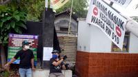Sejumlah pemuda menjaga portal karantina wilayah menuju RW 10 di kawasan Tanah Kusir, Kelurahan Kebayoran Lama Selatan, Jakarta, Rabu (8/4/2020). Warga menerapkan akses satu pintu masuk pemukiman yang terdiri dari 12 RT tersebut untuk mencegah penyebaran corona COVID-19. (merdeka.com/Dwi Narwoko)