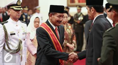 Presiden Joko Widodo menjabat tangan Jenderal Polisi (purn) Badrodin Haiti usai memberikan tanda kehormatan di Istana Negara, Jakarta, Senin (15/8). Liputan6.com/Faizal Fanani)