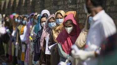 Para pelajar berbaris di luar lokasi ujian kelayakan yang digelar untuk menyeleksi peserta program sarjana medis di Srinagar, ibu kota musim panas Kashmir yang dikuasai India, pada 13 September 2020. (Xinhua/Javed Dar)