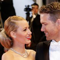 Ryan Reynolds berterima kasih kepada istrinya, Blake Lively yang membantunya selama perang dingin dengan sang ayah (AP Photo)