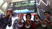 Sejumlah karyawan meniup terompet saat penutupan Indeks Harga Saham Gabungan (IHSG) 2018 di Kantor BEI, Jakarta, Jumat (28/12). Perdagangan IHSG 2018 resmi ditutup. (Liputan6.com/Angga Yuniar)