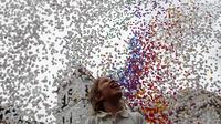 Ribuan balon dilepaskan ke langit Sao Paulo oleh Anggota Kamar Dagang dan Industri di Brasil, Jumat (29/12). Sekitar 50 ribu balon diterbangkan sebagai bagian dari perayaan dan sambutan hangat pada tahun yang baru. (Miguel SCHINCARIOL / AFP)