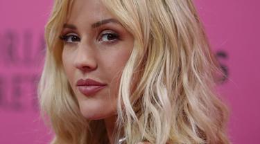 Penyanyi Ellie Goulding berpose saai tiba di Victoria Secret Fashion Show, New York, Amerika Serikat, Selasa (10/11/2015). Ellie Goulding juga akan menyanyikan beberapa lagu dalam acara ini. (REUTERS/Carlo Allegri)