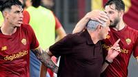 Pelatih AS Roma, Jose Mourinho, menorehkan laga ke-1000 dalam karier kepelatihan saat timnya menang 2-1 atas Sassuolo pada laga pekan ketiga Serie A, Senin (13/9/2021) dini hari WIB. (AFP/Vincenzo Pinto)