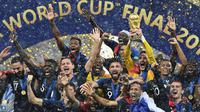 Pemain Prancis saat merayakan juara usai mengalahkan Krosia di laga final Piala Dunia 2018 di Luzhniki Stadium, Moscow, (15/6/2018). Prancis menang 4-2 atas Krosia. (AFP/Franck Fife)