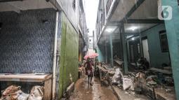 Aktivitas warga saat kembali menempati rumah saat proyek 'rumah panggung' hampir rampung di Kebon Pala, Kelurahan Kampung Melayu, Jakarta Timur, Rabu (2/6/2021). Proyek 'rumah panggung' tersebut hampir rampung dibangun meski molor dari target selesai pada awal Juni 2021 (merdeka.com/Iqbal S Nugroho)