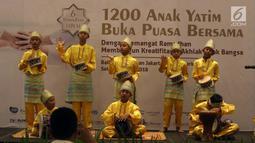 Sejumlah anak-anak tampil menghibur saat acara buka bersama PT Agung Podomoro Land Tbk dan 1.200 anak yatim di Pullman Central Park Jakarta, Selasa (22/5). (Liputan6.com/Arya Manggala)